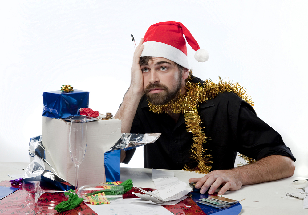 Muž je v strese z nakupovania vianočných darčekov