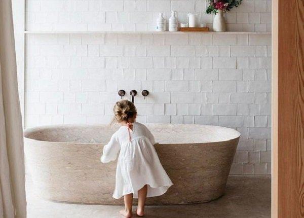 Dieťa stojacie pri vani v kúpeľni