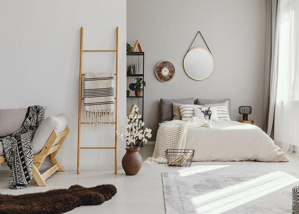 Svetlosivý koberec v spálni