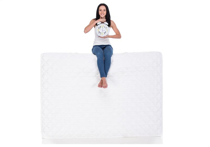 Žena sedí na matraci