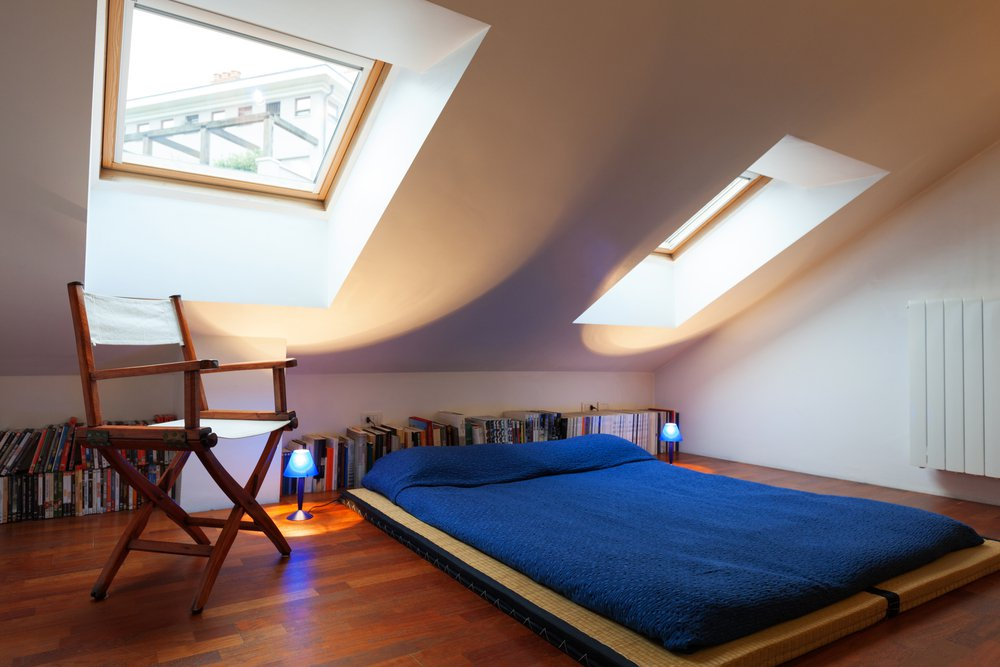 Nízka posteľ s modrou bielizňou