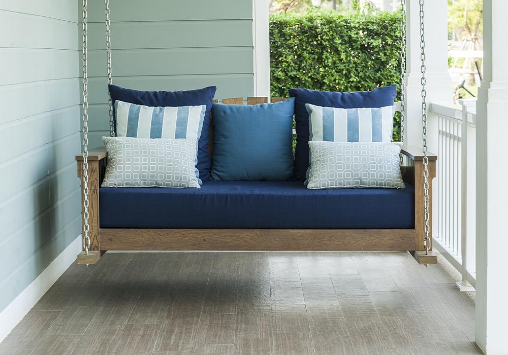 Paletová hojdačka na balkóne s modrým vankúšom