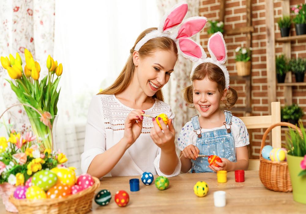 Mama zdobí vajíčka s dcérou
