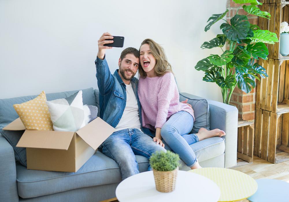 Mladý pár je spokojný so svojím nákupom online