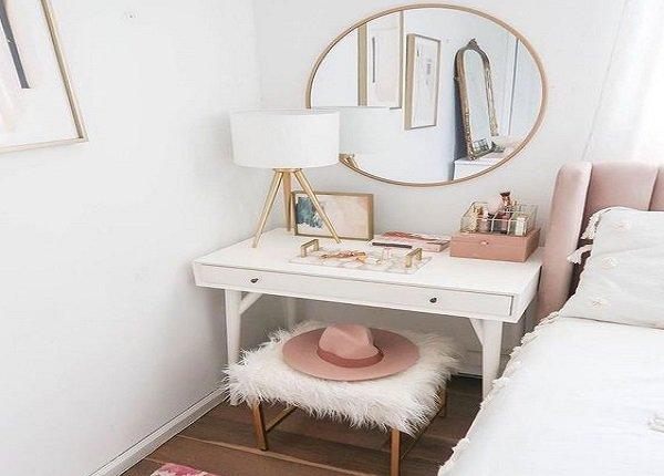 Toaletný stolík ako nočný stolík. Zdroj: pinterest.com