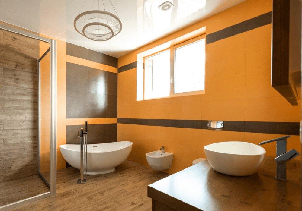 Pekná moderná kúpeľňa s oranžovými stenami