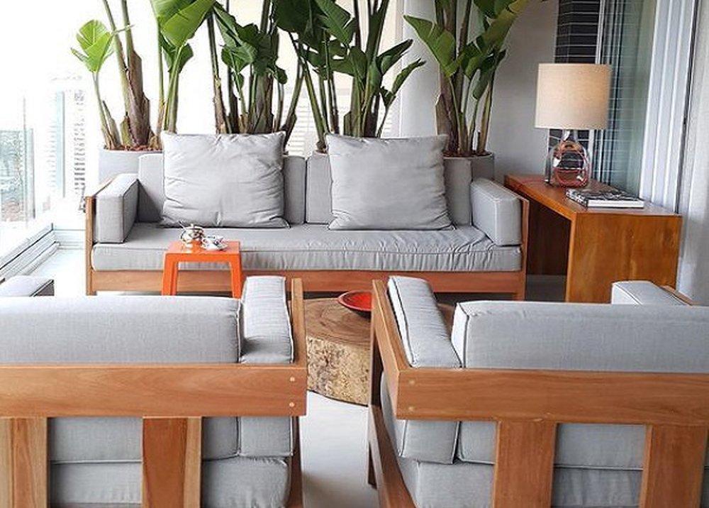 Drevený nábytok na malom balkóne. Zdroj: pinterest.com