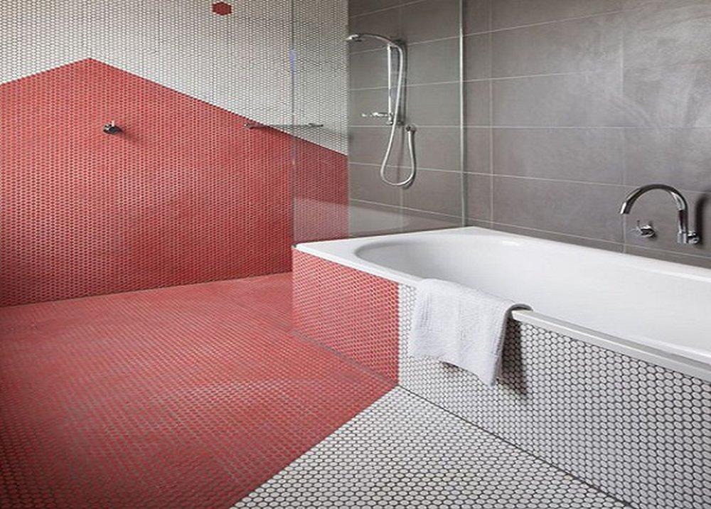 Červené obkladačky v kúpeľni
