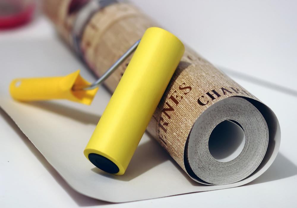Rolka tapety v hnedej farbe a žltý valček
