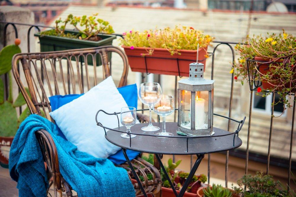 Posedenie s priateľmi na balkóne pri vínku