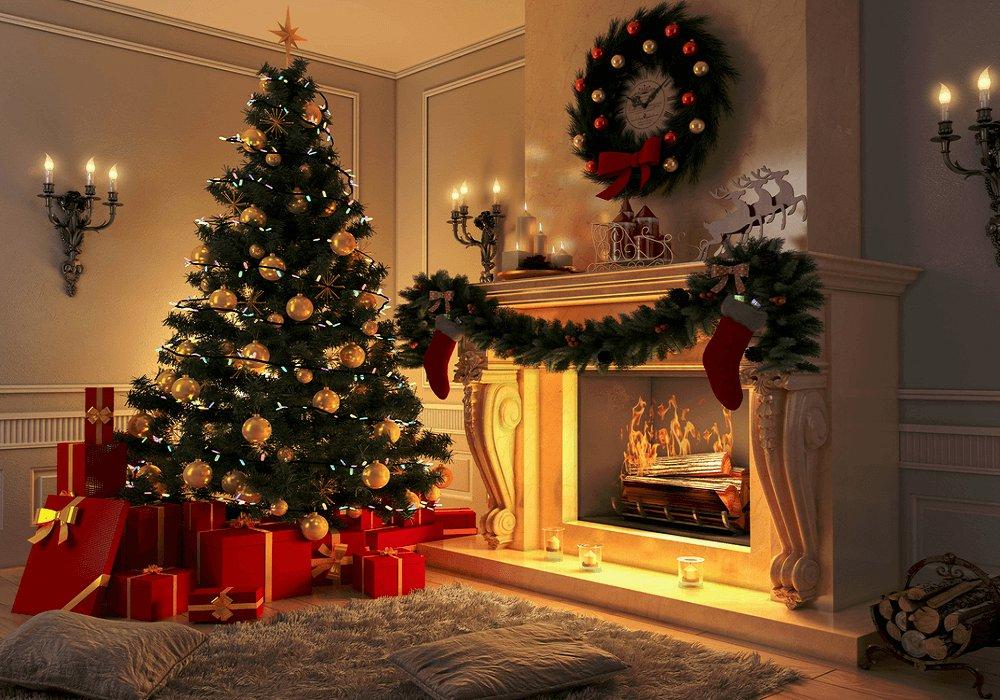 Vianočný stromček v obývačke pri krbe