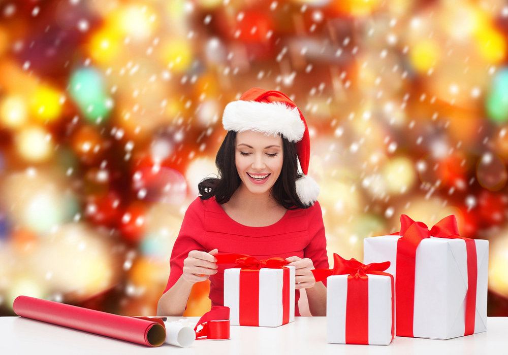 Žena balí vianočné darčeky