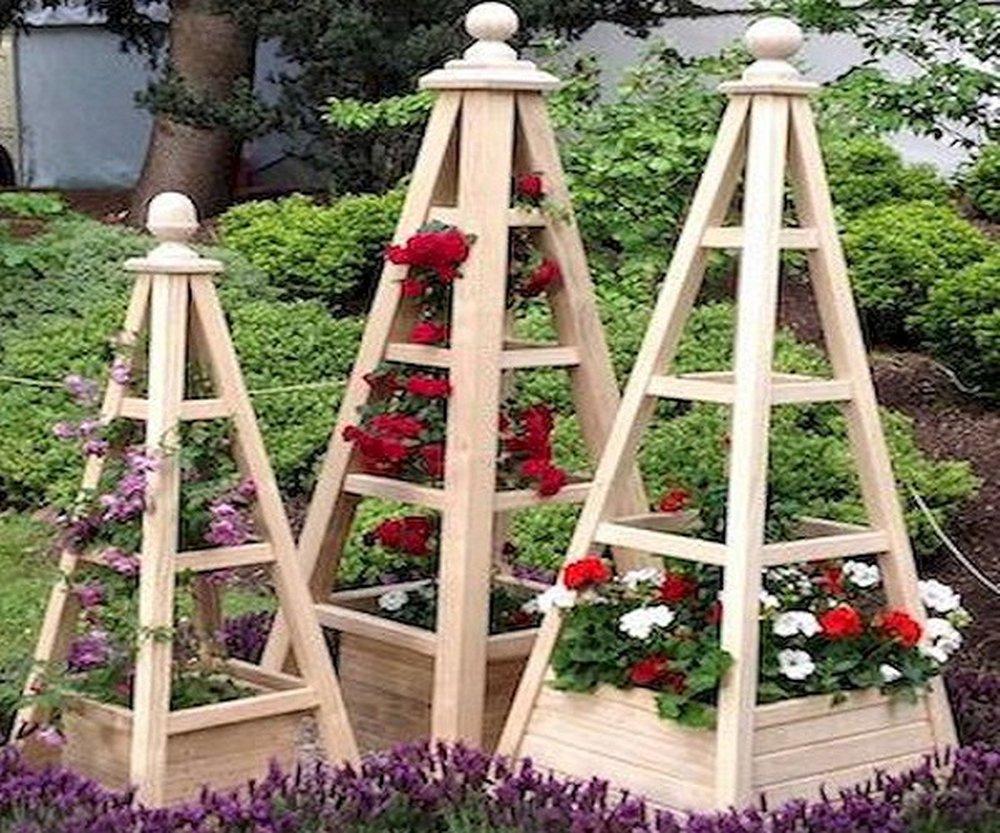 Stojany na kvety v záhrade