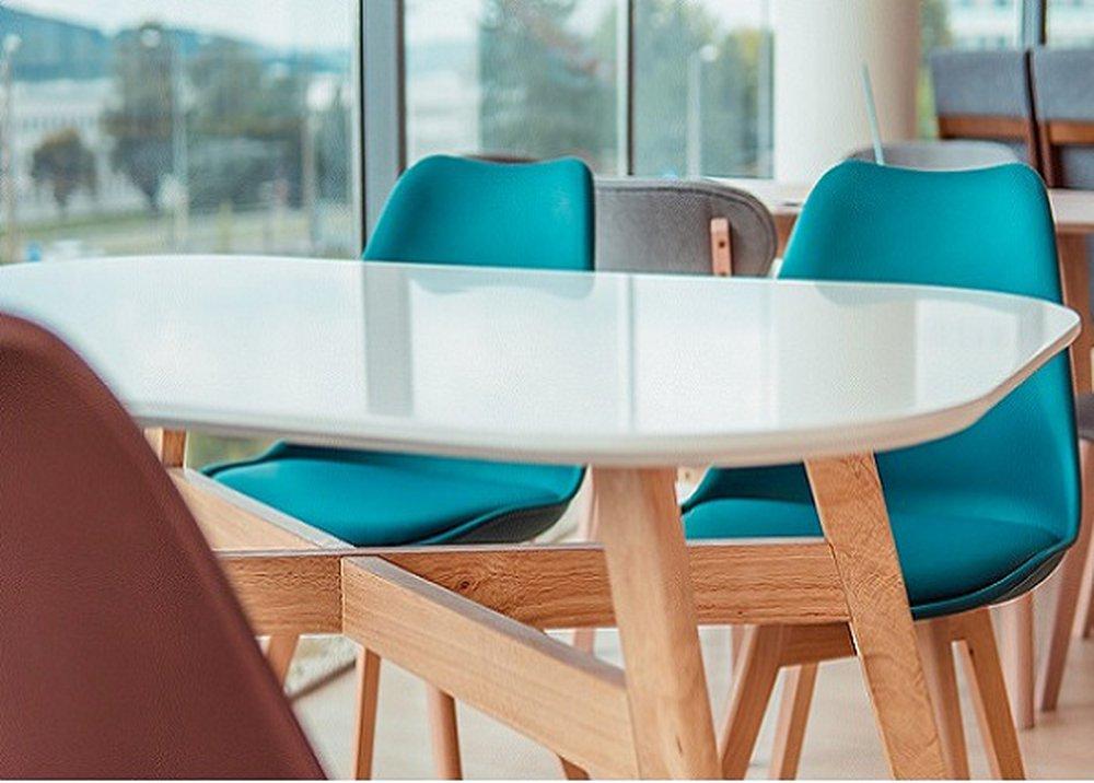 Stôl Cyrus v bielej farbe s drevenými nohami