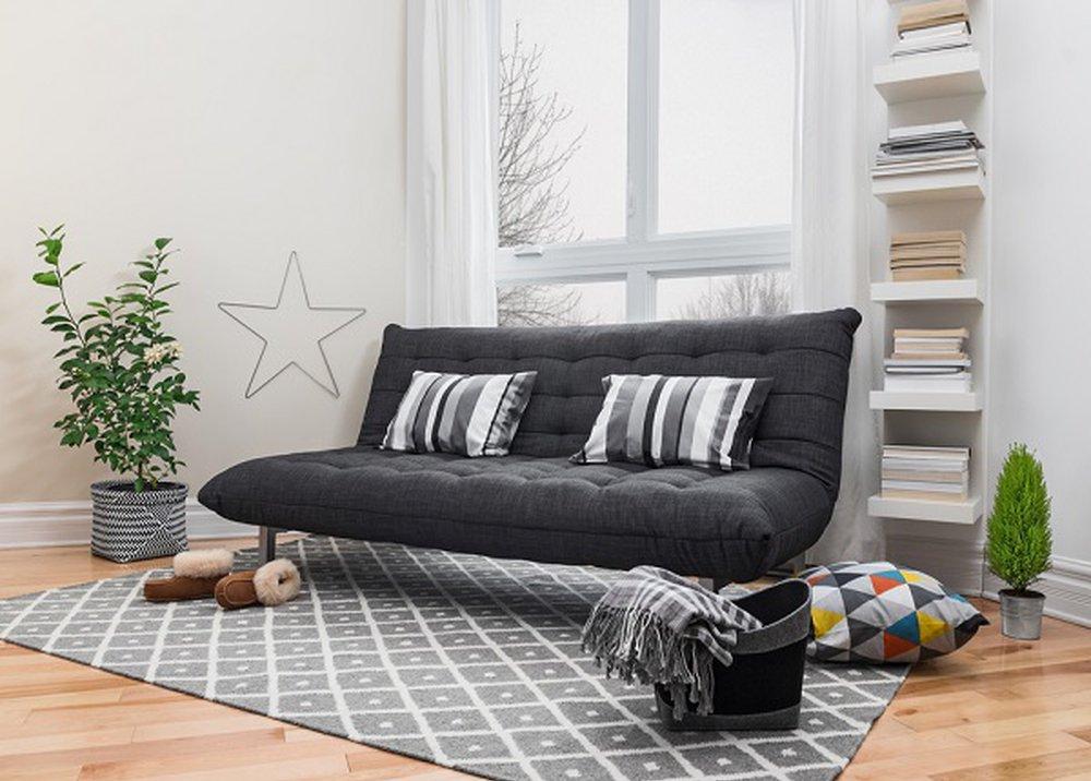 Sivý koberec pod gaučom