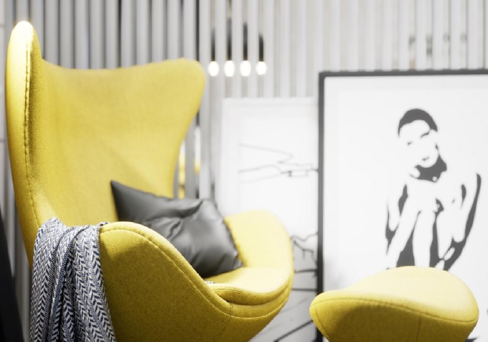 Žlté kreslo v miestnosti, kde je použitá aj sivá