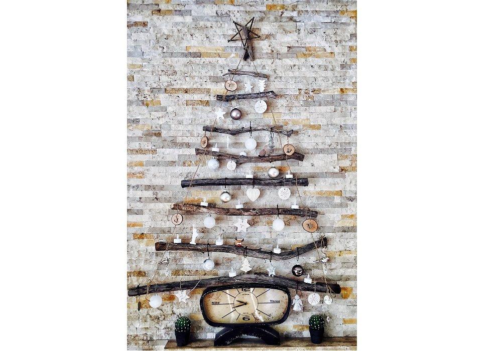 Netradičný stromček na stenu z konárikov