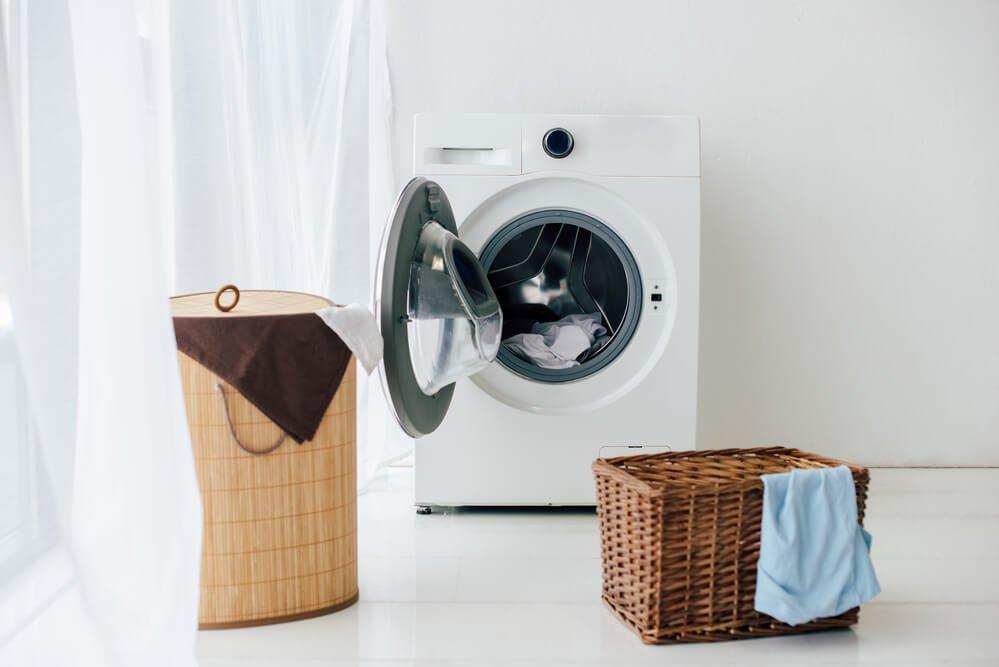 Práčka v práčovni s košmi