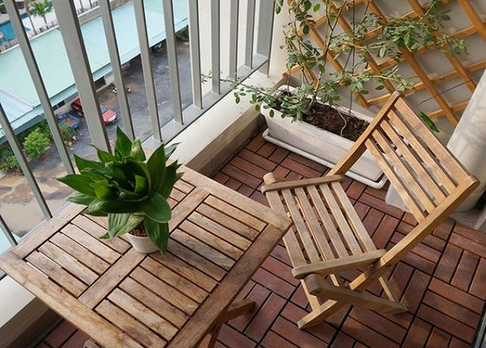 Drevený stôl a stolička na balkóne