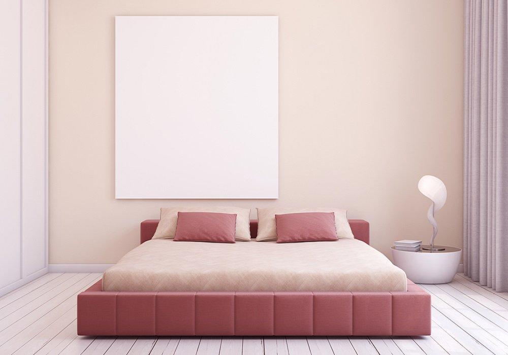 Svetloružová posteľ aj stena v spálni