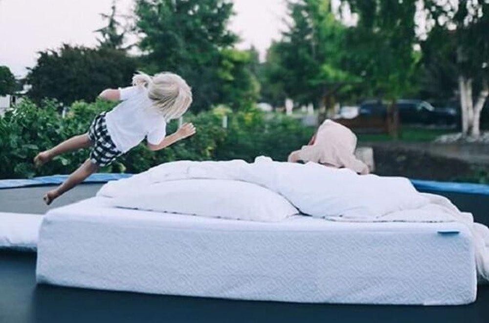 Gyerekek ugrálnak az ágyon