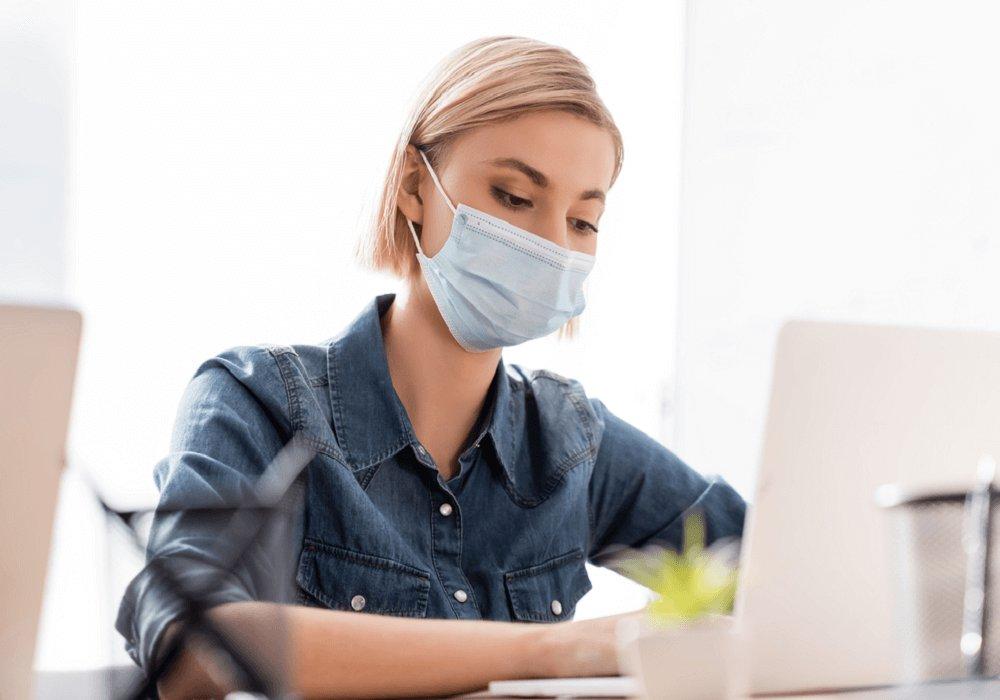 Dolgozó nő maszkkal