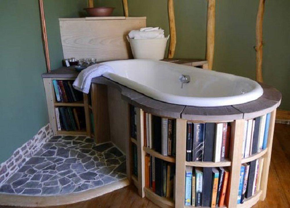 Knihy v regáli v kúpeľni