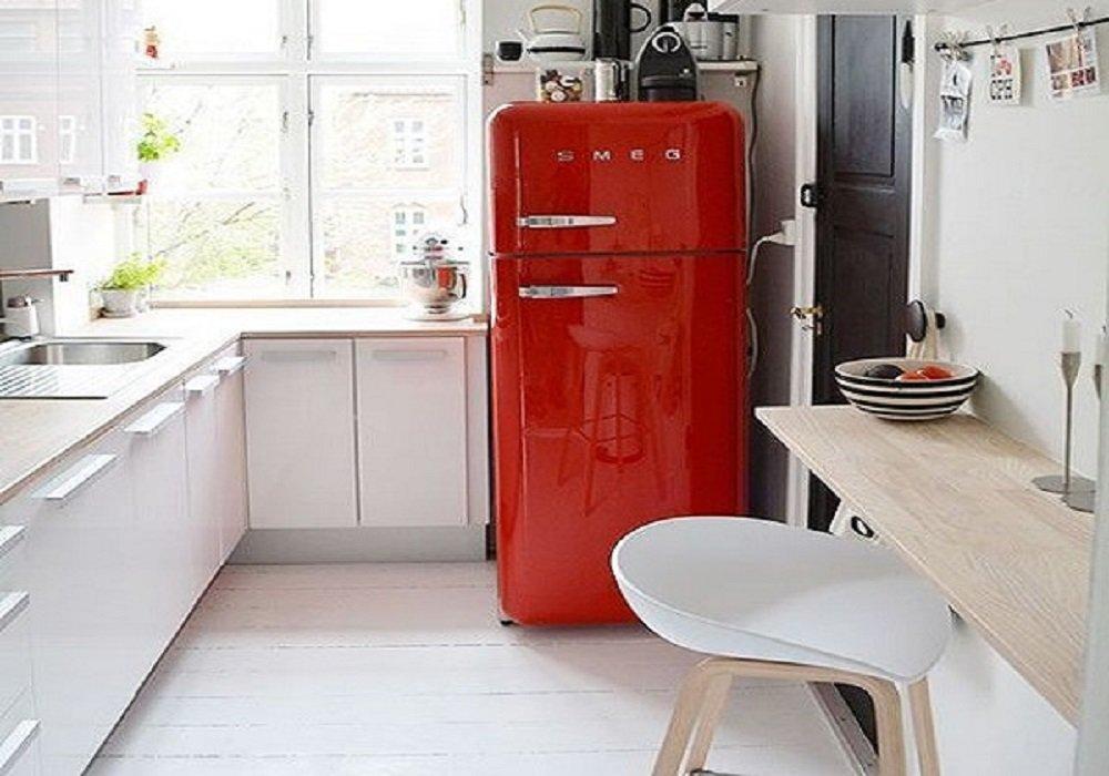 Červená chladnička ako dominanta v bielej kuchyni