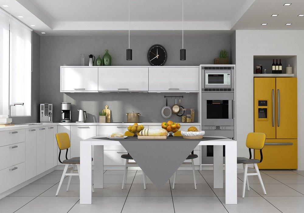 Žltá chladnička a žlté stoličky v kuchyni