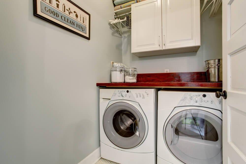 Drevená polica nad práčku