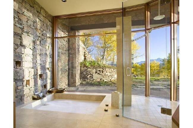 Veľké okná v kúpeľni