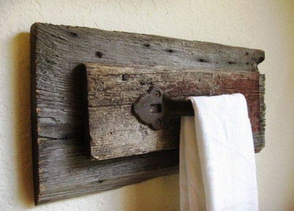 Drevený držiak na uterák