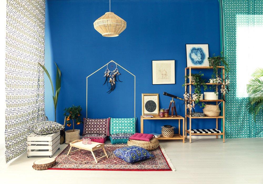 Farebná obývačka v štýle boho, veľký koberec, rôzny nábytok a  doplnky