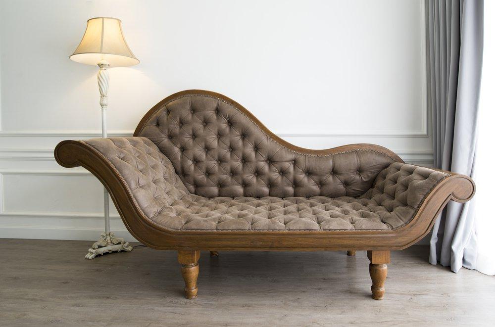 Elegantná pohovka v štýle chesterfield hnedá