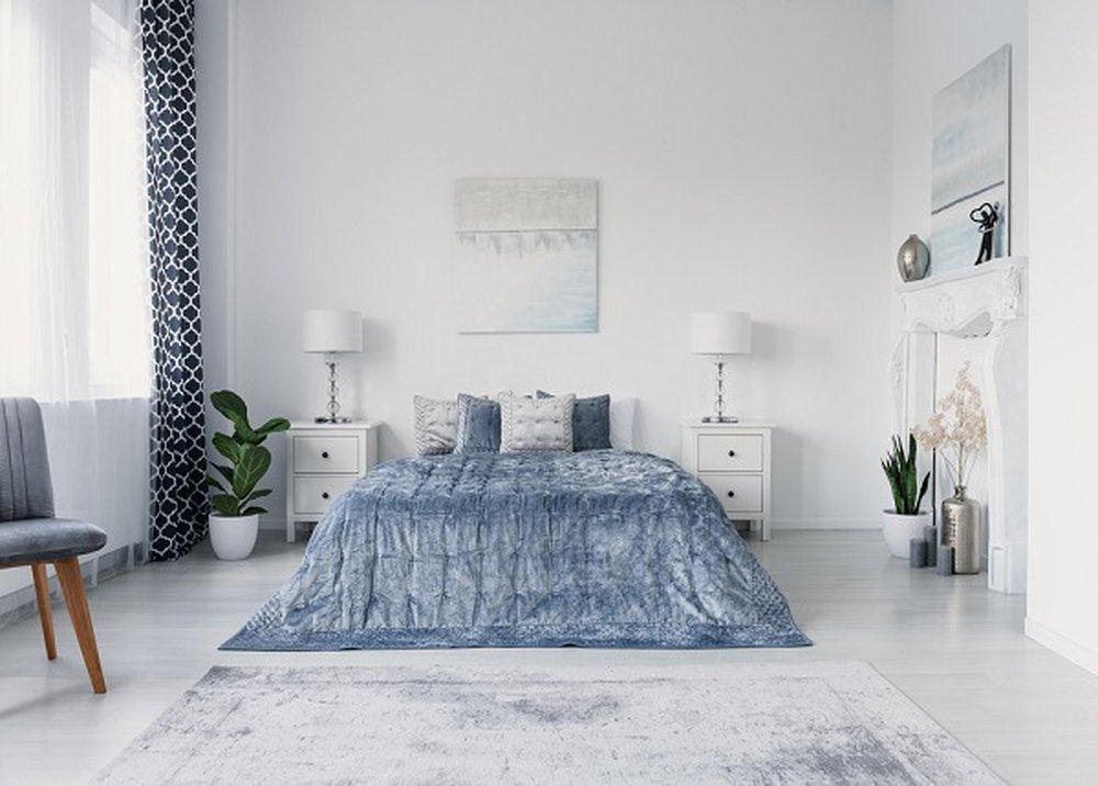 Strieborný koberec pod posteľou