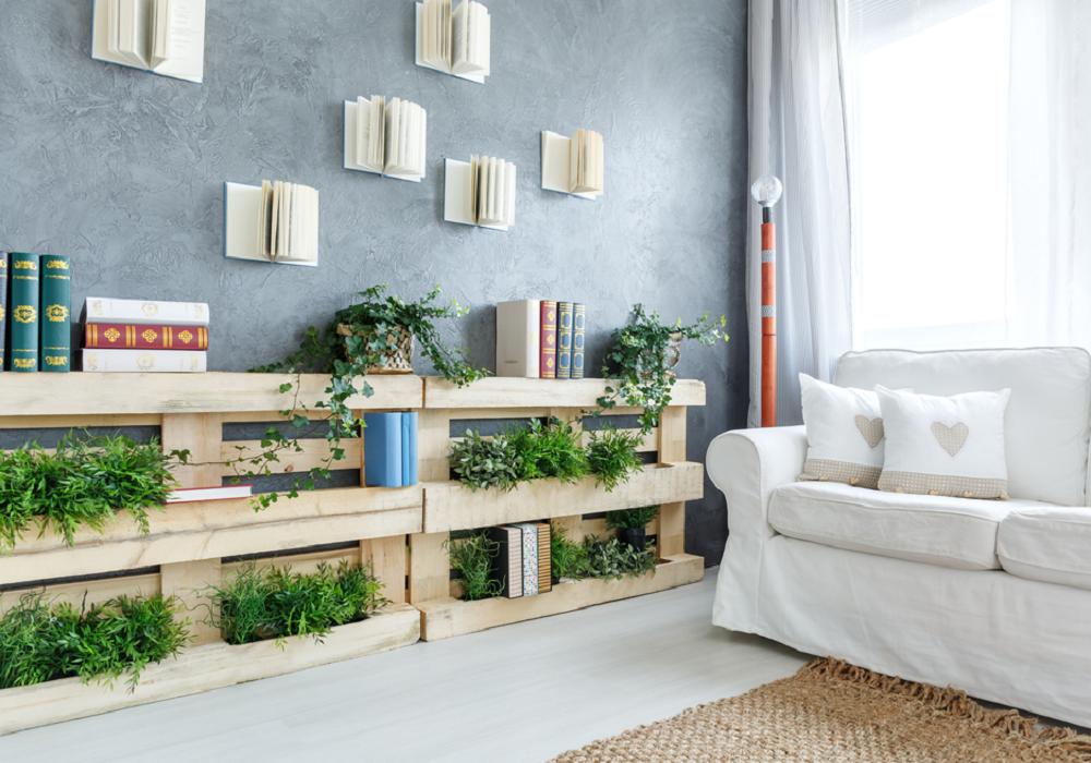 Paletový regál na knihy aj rastliny