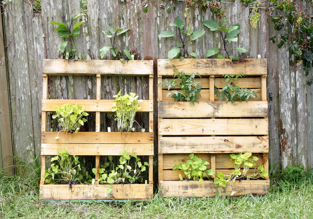 Paletový regál na pestovanie kvetov a byliniek