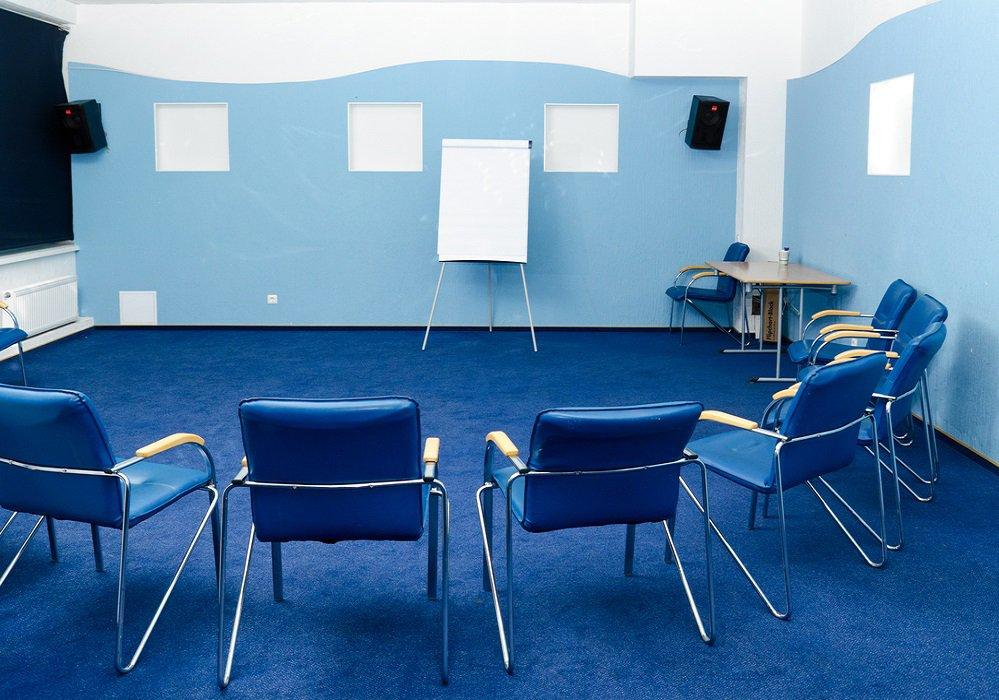 Stoličky čalúnené modrou ekokožou v modrej miestnosti