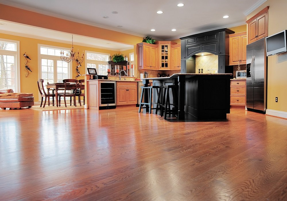 Laminátová podlaha v kuchyni s veľkými oknami