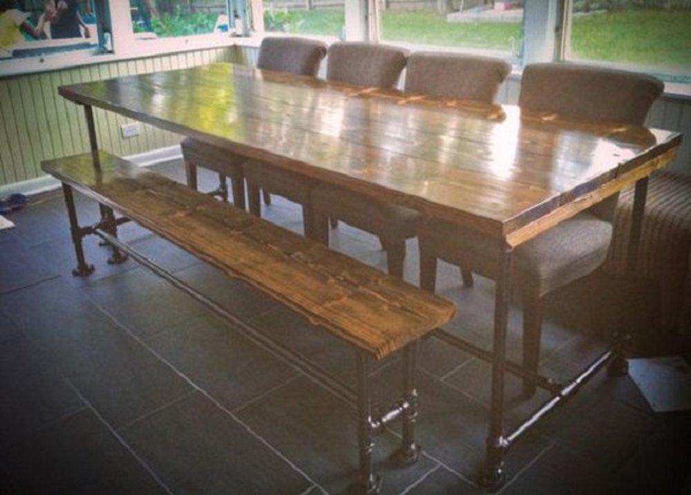 Masívny lakovaný stôl