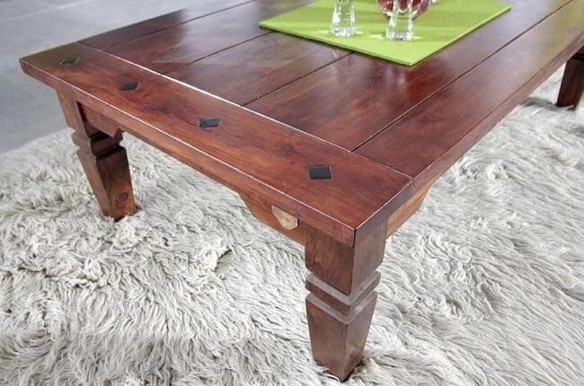 Drevený stôl.