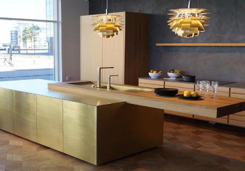 Zlatá kuchynská linka v kombinácii s drevom a tmavou farbou