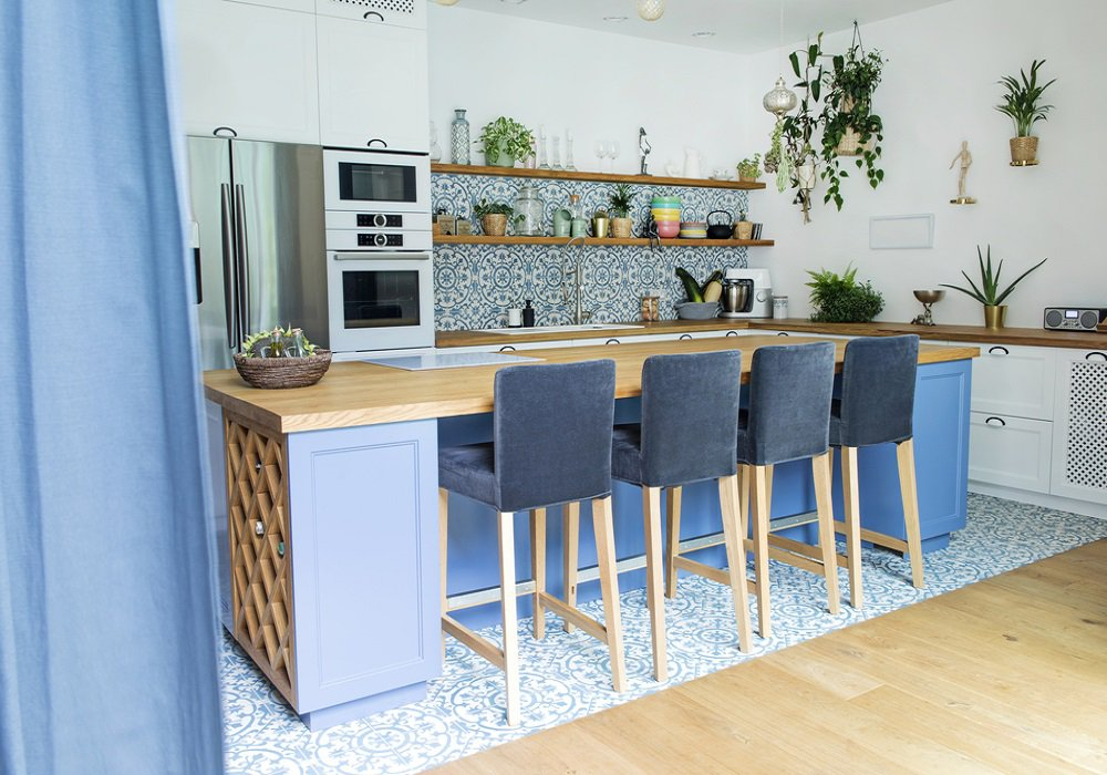 Kuchyňa v stredomoroskom štýle s výraznými obkladačkami a dlažbou