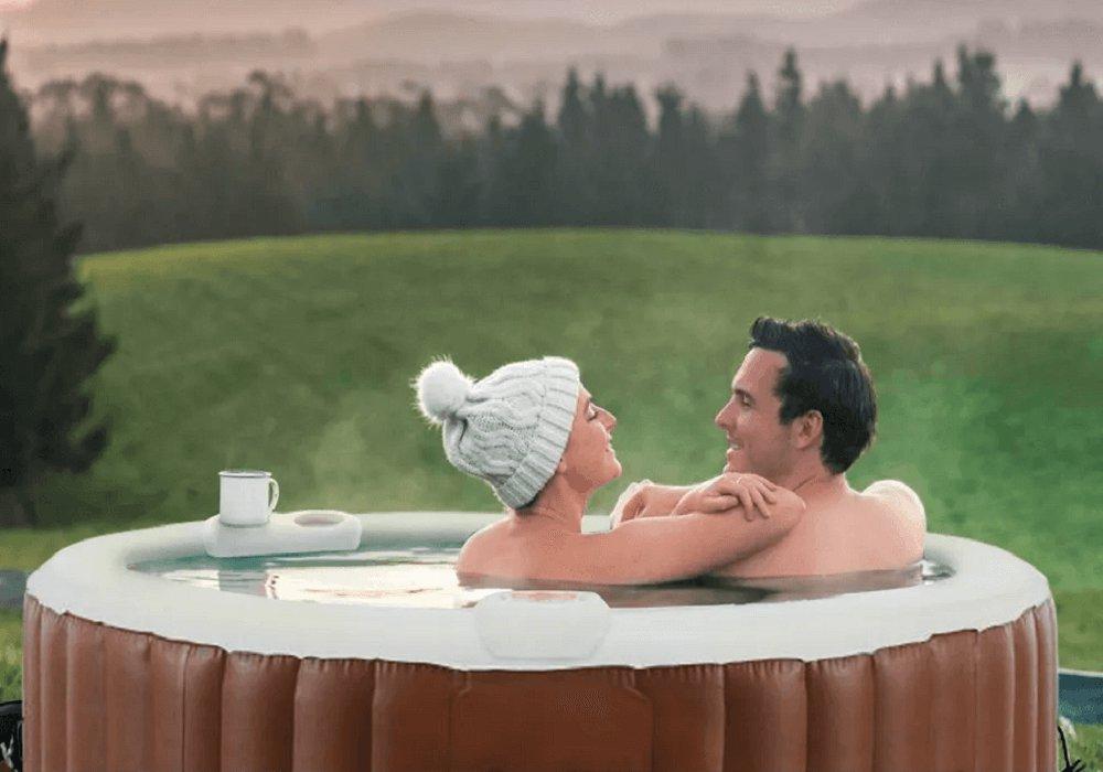 fiatal pár egy pezsgőfürdőben