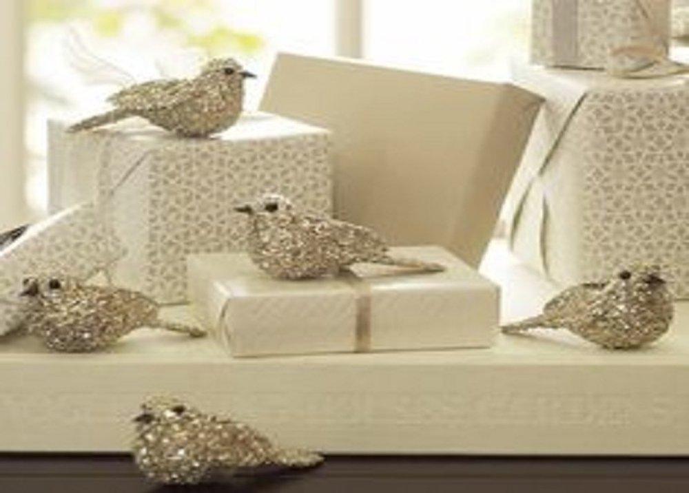 Ozdobné vtáčiky v zlatej farbe pri darčekoch