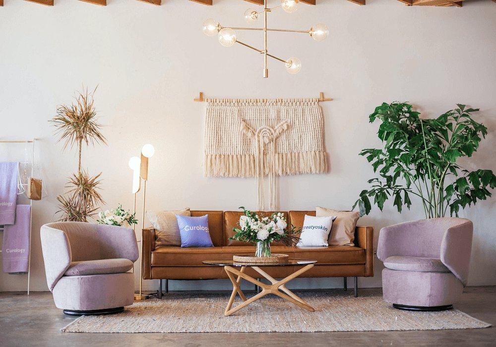 Ružové retro kreslá v obývačke pri sedačke
