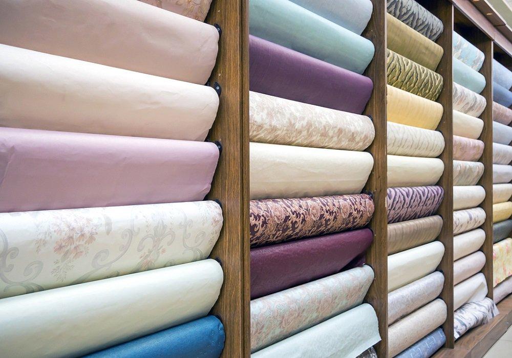 Jednofarebné a vzorkované tapety na regále