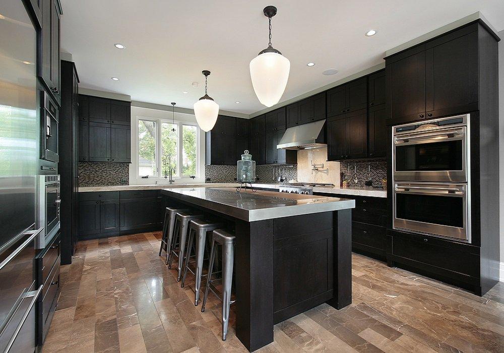 Kuchynská linka v tmavej farbe s kovovými stoličkami