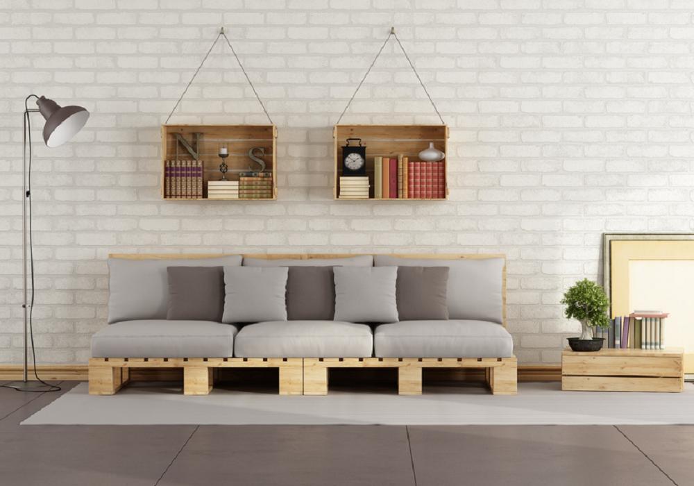 Sedačka z paliet v obývačke so sivým čalúnením