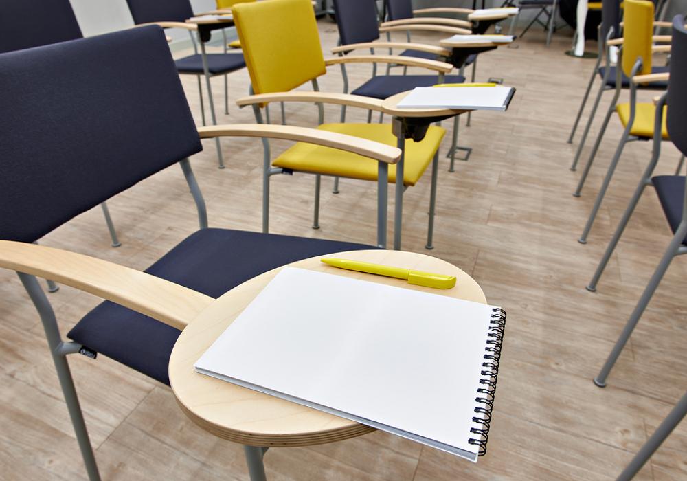 Žlté a čierne stoličky s pracovnou doskou